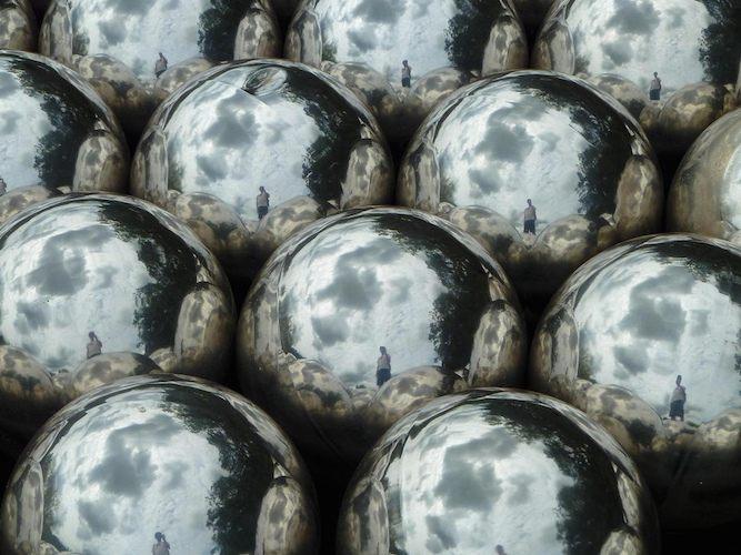 Narcissus Garden (1966) artefak performance art, Karya Yayoi Kusama. 1600 bola stainless steel (Foto oleh: emc, CC BY-NC-ND 2.0).