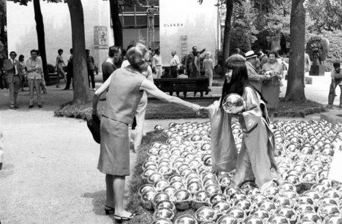 Yayoi Kusama menjajakan bola-bola berwarna krom pada pengunjung.