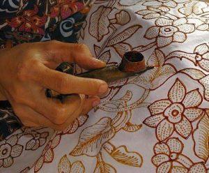Kain batik, contoh karya tradisional indonesia, gambar diperoleh melalui: tinuku.com