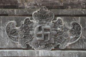 contoh swastika di pura goa lawah bali