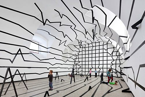 Contoh Seni Instalasi: Unlimited Space, oleh Esther Stocker